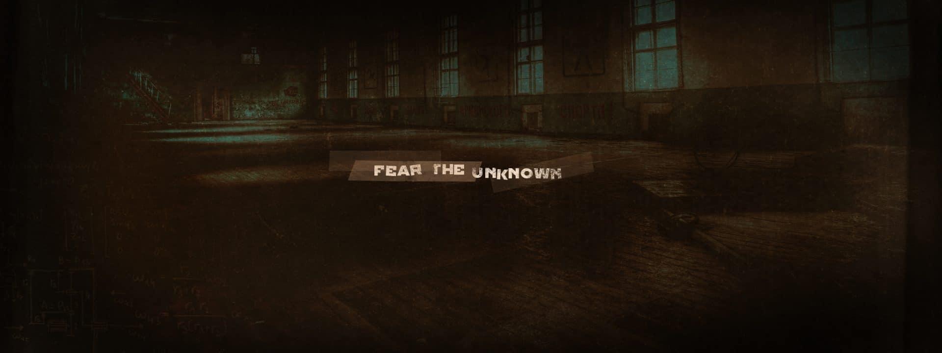 Titre «fear the unknown» sur fond d'école désaffectée