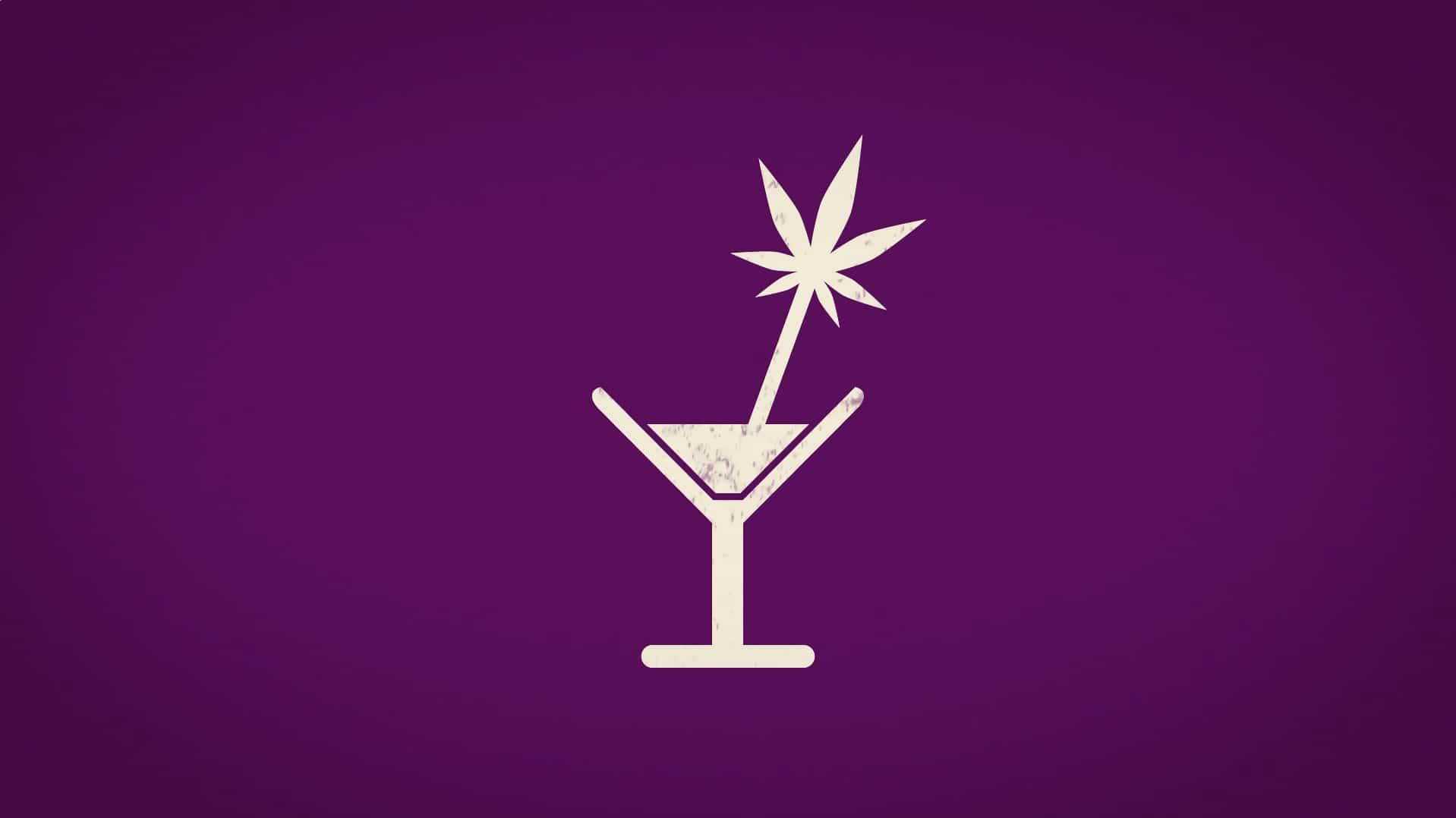 Verre de cocktail avec une paille en forme de feuille de cannabis