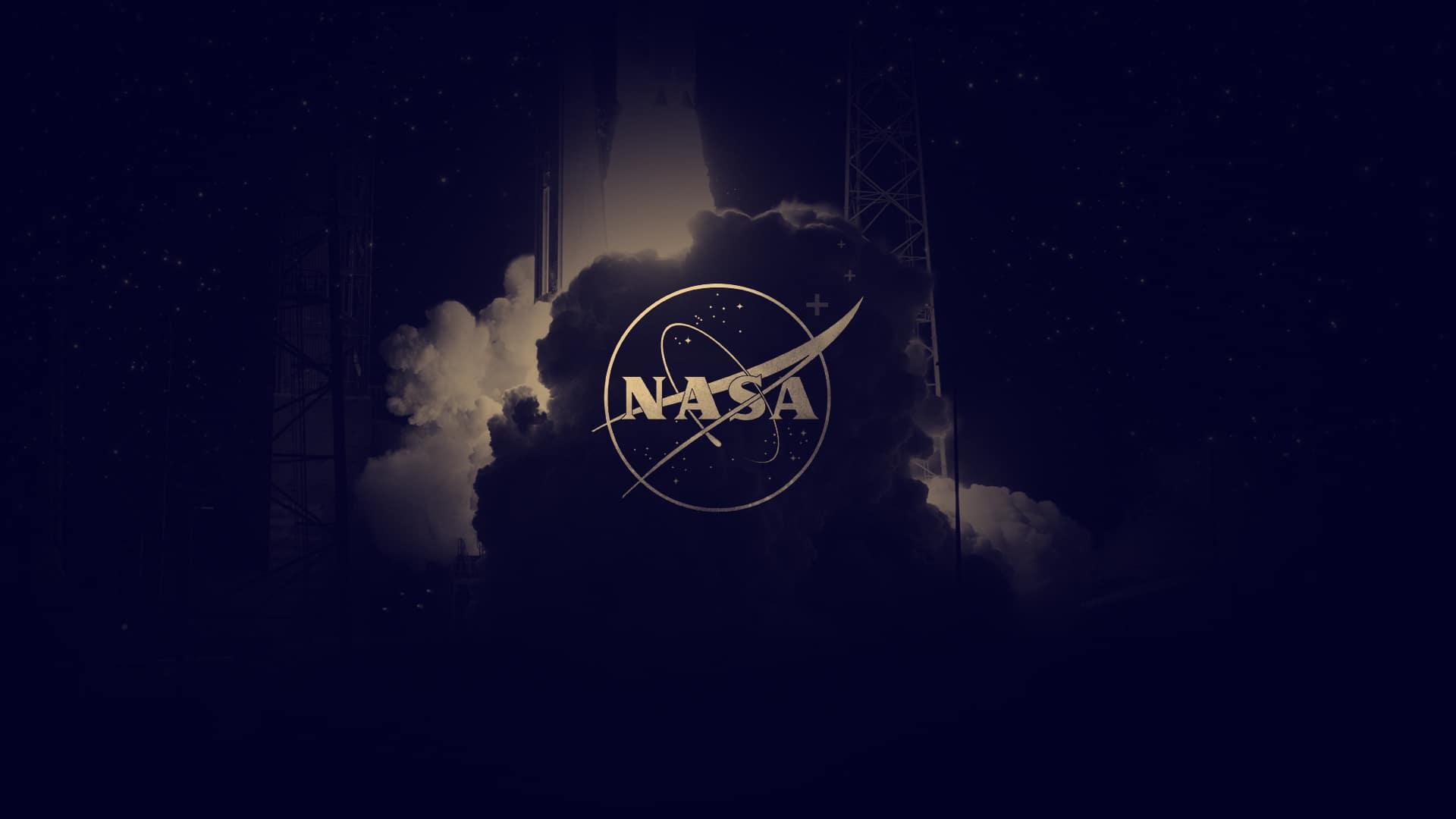 Gros plan sur la fumée se dégageant du décollage d'une fusée avec le logo nasa en premier plan