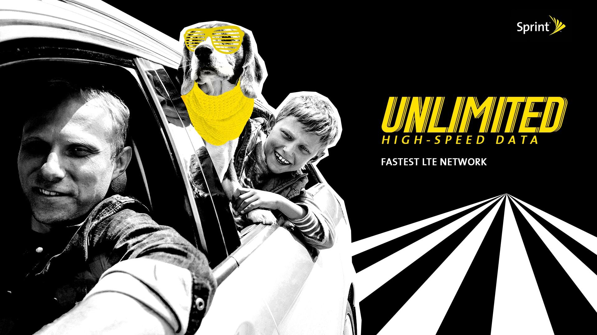 Un père, son fils et leur chien portant une écharpe et des lunettes jaunes passent la tête en souriant par la fenêtre de la voiture avec en arrière plan le titre jaune sur fond noir : Unlimited High-speed data, fastest lte network et le logo Sprint