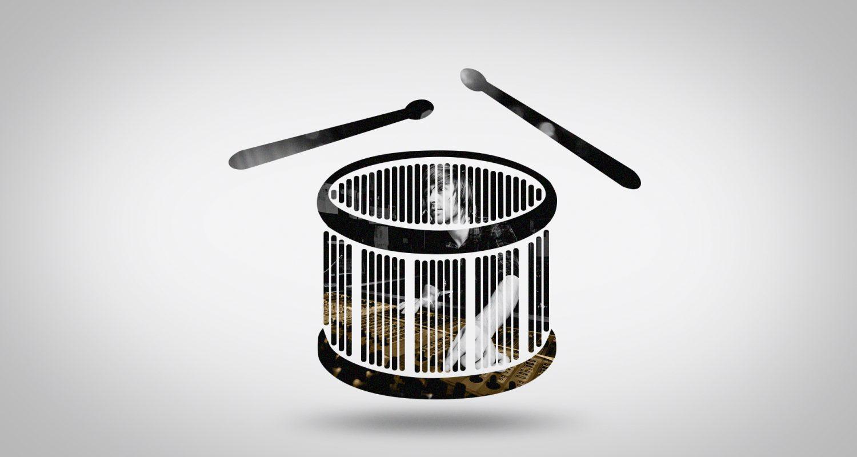 silhouette d'un tambour avec un ingénieur du son sur sa table de mixage